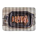 Alfombra de microfibra para baño, filete de solomillo de ternera a la parrilla en una sartén caliente sobre una tabla de madera vieja y gráfico de mesa vintage, alfombras de baño alfombra antideslizan