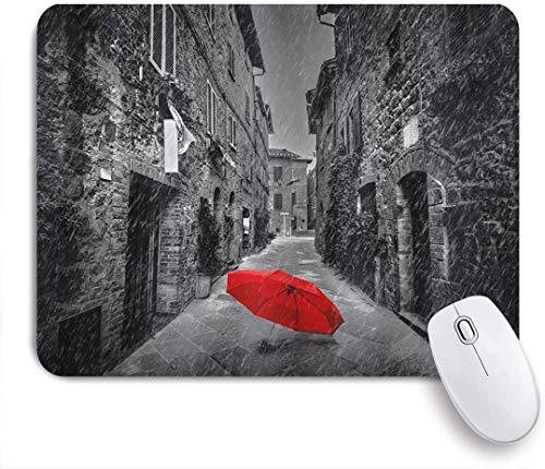 Dekoratives Gaming-Mauspad,Schwarzer und weißer roter Regenschirm auf einer dunklen schmalen Straße im regnerischen Winter der Toskana Italien,Bürocomputer-Mausmatte mit rutschfester Gummibasis