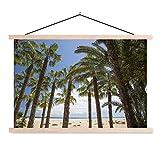 Textilposter - Eine Gruppe von Palmen säumt den Strand von