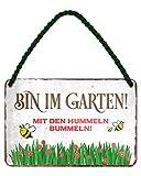 Bin im Garten mit den Hummeln bummeln - witziges Metallschild mit Kordel und Saugnapf - lustiges Retro Deko Hängeschild - Dekoration für Balkon Terrasse Garten Schrebergarten Haustür - 18x12cm