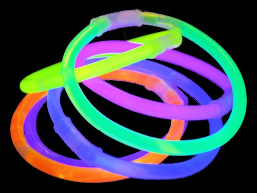 Partyrama 100 fluorescents Glow Stick de 7 différents Couleurs Effet néon, idéal pour fêtes et Disco, inclut connecteurs en Plastique pour Fermeture Bracelets, Assortis