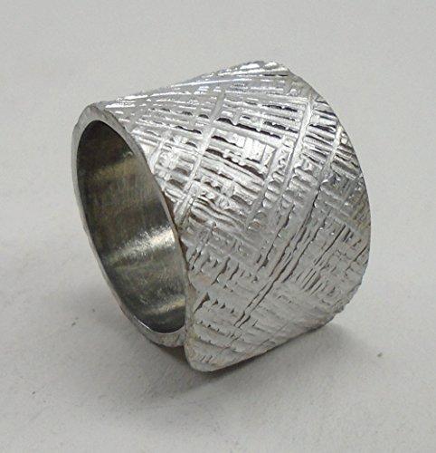 Anello a fascia aperto d'alluminio linee incrociate, e testo personalizzato