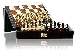 Classico gioco di scacchi con figure magnetizzate e bella scacchiera impiallacciata di alta qualità con strato di metallo sotto i campi. Questi scacchi sono realizzati in legno, feltro nero verniciato e incollato. Le figure hanno una forma molto bell...