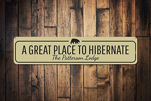 qidushop Panneau personnalisé « Great Place to Hibernate » avec nom de Famille personnalisé, Signe de pavillon en métal pour décoration d'intérieur, Cadeau de Pendaison de crémaillère