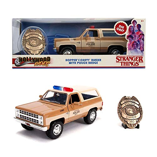Jada Toys JA3111 Jada 1:24 Stranger Things Chevy Blazer mit Sheriffs Abzeichen, braun