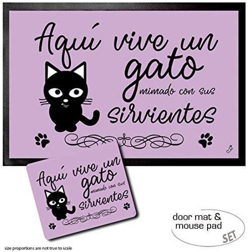 1art1 Katzen, Aquí Vive Un Gato Mimado Con Sus Sirvientes | Fußmatte Innenbereich und Außenbereich | Design Türmatte (60x40 cm) + Mauspad (23x19 cm) Geschenkset