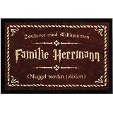 SpecialMe® Fußmatte mit Namen Familie Spruch Zauberer sind Willkommen Muggle Werden toleriert rutschfest & waschbar weiß 60x40cm
