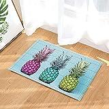 Ananas décoratifs de fruits tropicaux de différentes couleurs sur des tapis de bain...