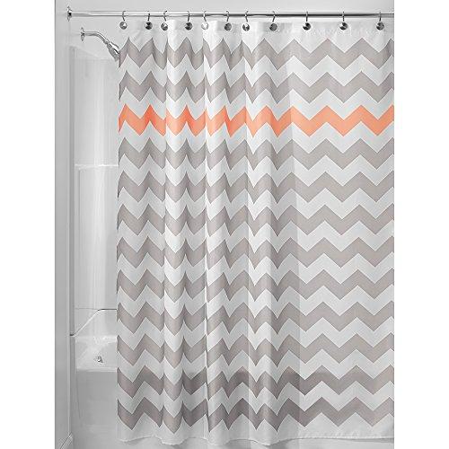InterDesign Chevron Duschvorhang Textil | pflegeleichter Duschvorhang aus Stoff mit verstärkten Löchern | Badewannenvorhang mit Zickzack-Muster | Polyester hellgrau/koralle
