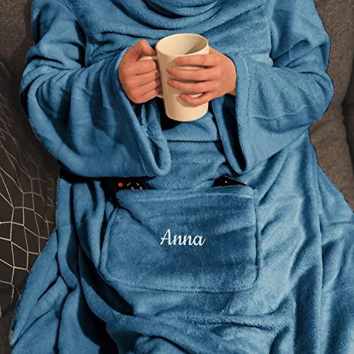 Personalisierte Kuscheldecke mit Namen (Indigo) - Decke mit Ärmeln   Mit Bestickung nach Wunsch   Super als TV-Decke mit Ärmeln   Super Geschenk für Frauen   Fleecedecke