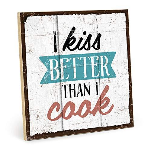 TypeStoff Holzschild mit Spruch – KÜSSEN UND Kochen – im Vintage-Look mit Zitat als Geschenk und Dekoration zum Thema Liebe und Küche (19,5 x 19,5 cm)