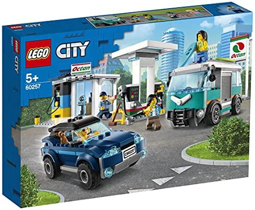 LEGO 60257 City stacja benzynowa, zestaw budowlany z SUV, przyczepą kempingową i deskami surfingowymi, zabawki samochodowe dla dzieci