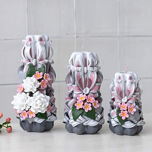 Grau-rosa Kerzen mit Rosenblüten und Magnolie; ein Satz von drei Parfümkerzen ohne Duft - dekorative Kerzen für ein Geschenk an Mama, Mädchen, Großmutter oder Wohnkultur