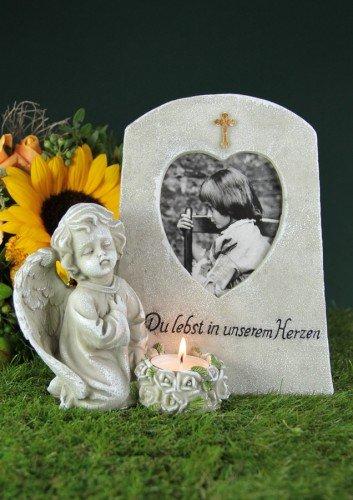 friedhofskerze.de Grabengel an Stein mit Herzrahmen und Teelicht