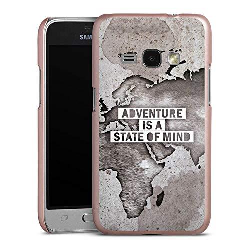 DeinDesign Hülle kompatibel mit Samsung Galaxy J1 (2016) Handyhülle Case Weltkarte Spruch Abenteuer