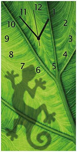 Wallario Design Wanduhr Gecko Schatten auf grünem Blatt - Umriss aus Acrylglas, Größe 30 x 60 cm, Schwarze Zeiger