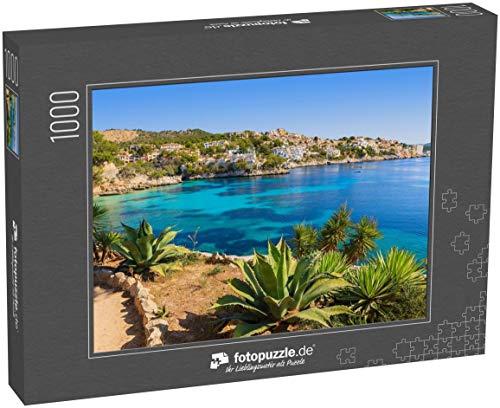 fotopuzzle.de Puzzle 1000 Teile Stranddorf mit Meerblick und azurblauem Wasser, Cala Fornells, Insel Mallorca, Spanien