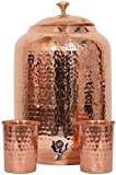 Handicraft-World Handgefertigter indischer Wasserspender, handgehämmert, reines Kupfer, 4 Liter, Ayurveda, Heilwasserbehälter, Kupferflasche, Becher mit 2 gehämmerten Gläsern (5 Liter)