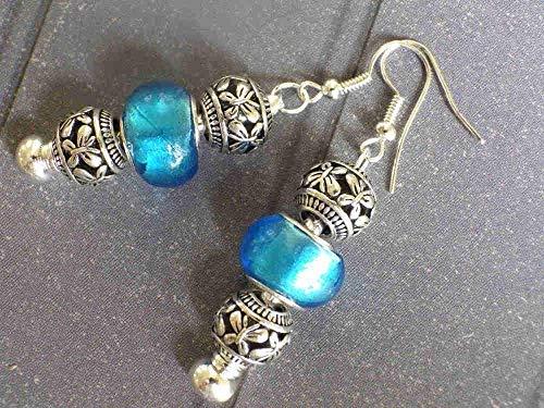 Pendientes charms Thurcolas modelo Manhattan con perlas de metal y cristal azul.