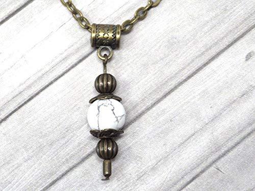 Collar con colgante de estilo vintage para mujer en howlita blanca montado en una cadena de bronce antiguo