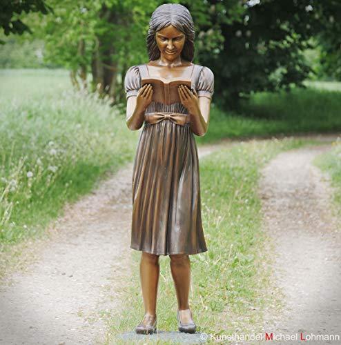 Kunsthandel Lohmann Bronzefigur Mädchen lebensgroß Elizabeth liest stehend im Buch, lesende Frau