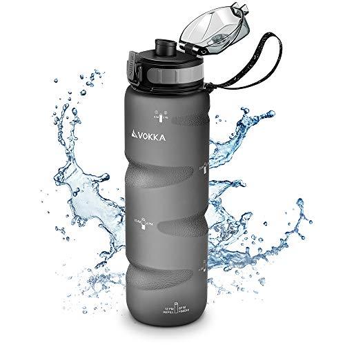VOKKA Sport Trinkflasche mit Zeitmarkierungen, 1000ml, BPA-freies & umweltfreundliches Tritan Plastik - Wasserflasche mit Tragegurt zum Sport mit auslaufsicherem und praktischem Verschluss