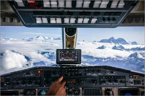 Póster 130 x 90 cm: Airplane Cockpit - Flying Over Mountain Peaks in Himalaya de Alejandro Moreno de Carlos - impresión artística, Nuevo póster artístico