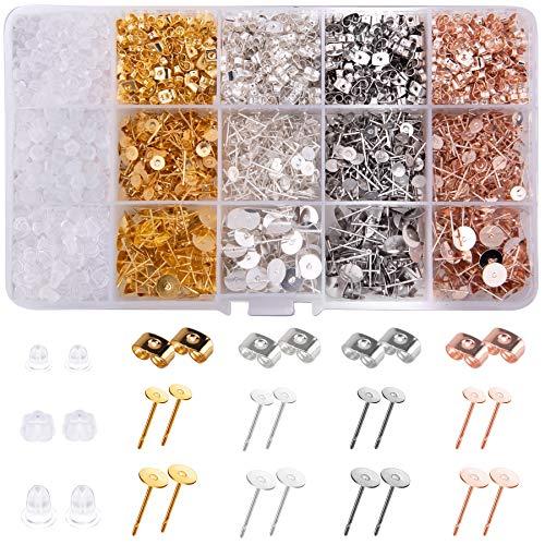 BQTQ 2600 Stück Ohrstecker Rohlinge, Edelstahl Ohrringe Stecker Flach Pad und Schmetterling Ohrstopper Edelstahl Ohrstecker für Ohrring Herstellung, 4 Farben