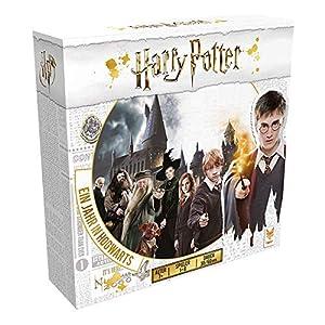 """Ihr habt eure Einladung erhalten, in die berühmteste Schule für Hexerei und Zauberei """"Hogwarts"""" einzutreten. In diesem kompetitiven Strategiespiel tretet ihr als junge Hexen und Zauberer aus den Häusern Gryffindor, Ravenclaw, Hufflepuff und Slytherin..."""