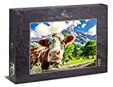 Ulmer Puzzleschmiede - Puzzle 'Vacas y montañas': Puzzle de 1000 piezas - Una curiosa vaca frente a un paisaje montañoso de ensueño en los Alpes