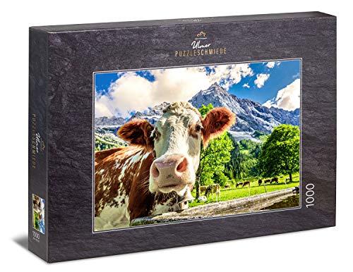 Ulmer Puzzleschmiede - Puzzle 'Mucche e montagne' - Una mucca curiosa davanti a un paesaggio di montagna da sogno nelle Alpi