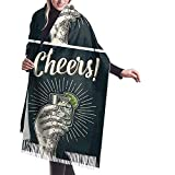 Mano masculina que sostiene el vidrio con brandy, tequila, ginebra, vodka, ron, whisky. Saludos Bufanda Chal Abrigo Cálido