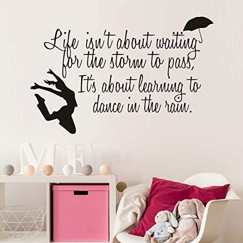 Het leven wacht niet op de storm inspirerende tekst muurstickers dansend meisje en paraplu muursticker slaapkamer decoratie 90x58cm