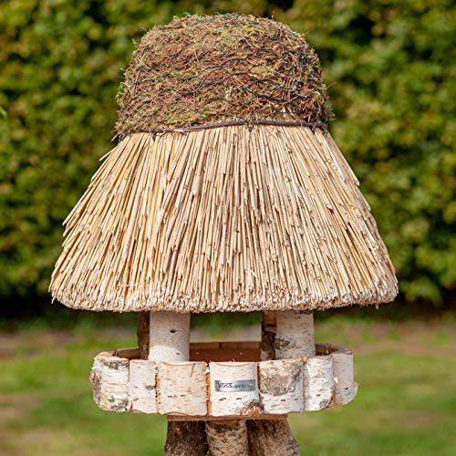 VOSS.garden Vogelhaus Amrum mit Reetdach, Naturbelassene Birke 36cm große Futterplatte, Vogelhäuschen Futterhaus Futterstation Naturbelassene Vogelvilla
