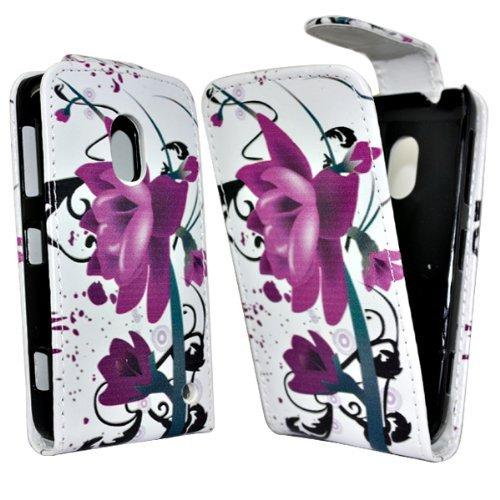 Accessory Master - Custodia in Finta Pelle con Disegno Fiori e Farfalle Viola Rosa su Fondo Nero Cover per Nokia Lumia 620