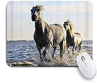 ZOMOY マウスパッド 個性的 おしゃれ 柔軟 かわいい ゴム製裏面 ゲーミングマウスパッド PC ノートパソコン オフィス用 デスクマット 滑り止め 耐久性が良い おもしろいパターン (動物の馬の勤勉な精神性の記号2頭の馬が川を渡って活発に走ります)