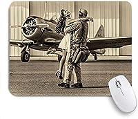 KAPANOU マウスパッド、パイロットの歴史的な航空機の帰郷の画像を抱き締めるブルネットの若い女性 おしゃれ 耐久性が良い 滑り止めゴム底 ゲーミングなど適用 マウス 用ノートブックコンピュータマウスマット