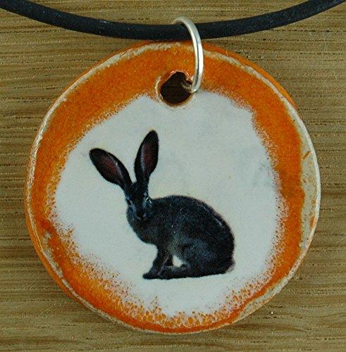 Echtes Kunsthandwerk: Schöner Keramik Anhänger mit einem Hasen; Hase, Kaninchen, Haustier, Mitbringsel, Geschenk