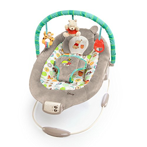 Bright Starts, Disney Baby, Winnie Puuh Wippe mit Vibrationen, Automatischer Ausschaltfunktion, Melodien, Lautstärkeregler, Abnehmbarer Kopfstütze und Spielbogen