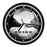 Reloj de pared de plástico Lobo One Day or Day One You Decide