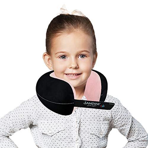 SANDINI TravelFix® Kids Size – Plüsch - Premium Reisekissen Made in EU/Nackenkissen mit ergonomischer Stützfunktion für Kinder – Gratis Transporttasche mit Befestigungs-Clip