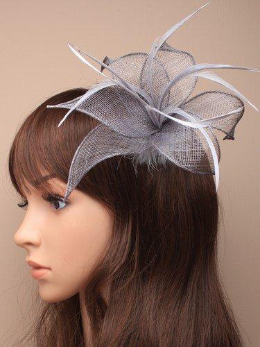 Différentes formes 3D ® Gris Argent Pince bec Bibi avec plume chapeau Mesdames Jour Royal Ascot mariage