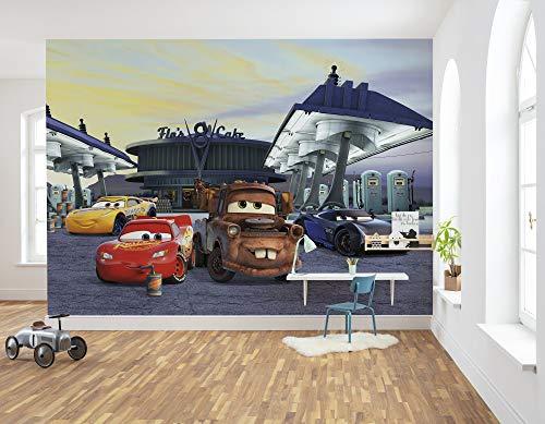 Komar Disney Fototapete | CARS3 Station | Größe: 368 x 254 cm (Breite x Höhe), 8 Teile | Tapete, Kinder, Wand, Kinderzimmer, Dekoration, Cars, Jungen, Rennstrecke, Auto | 8-4101