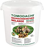 Meerschweinfutter pelletfrei, Nagerfutter, natürliche Nagerfuttermischung mit Möhrenflocken, Erbsenflocken, Erdnüssen, Sonnenblumenkernen, Kardi, Maisflocken und Kräutern - leckerer bunter Knabbermix, Alleinfutter für Meerschweinchen, Rundum-Sorglos Futtermischung Tomodachi Meerschweinchen Melange 5kg Eimer