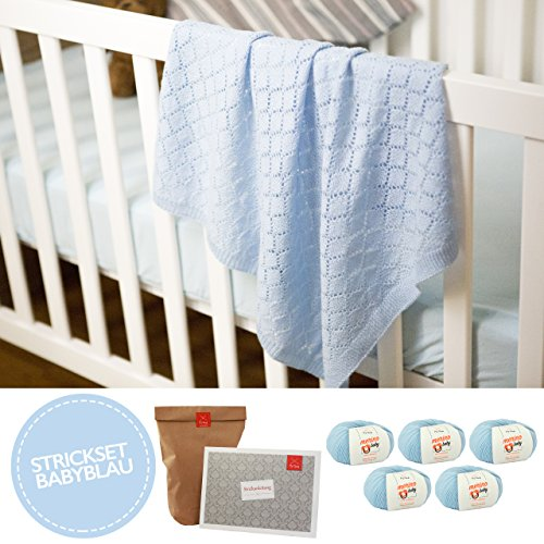 MyOma Baby Stricken - Babydecke Traumreise blau - Strickset Babydecke mit 5 Knäuel Babywolle 100% Merino + Baby Stricken Anleitung – Baby Strickset – Babydecke Stricken Set - Strickset für Babys