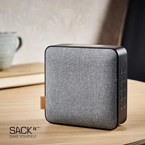 SACKit – WOOFit Dab+ Bluetooth-Lautsprecher – Multifunktionale Musikbox mit Radio- und Weckfunktion – Bluetooth Box mit 5-in-1 Lösung für unterwegs oder zuhause – schwarz und grau