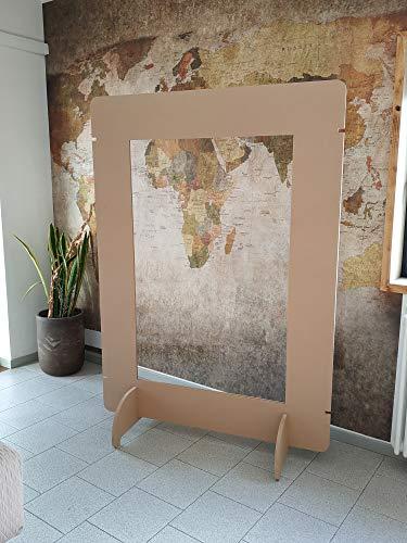 Zelfdragende scheidingswand van plexiglas en hout.