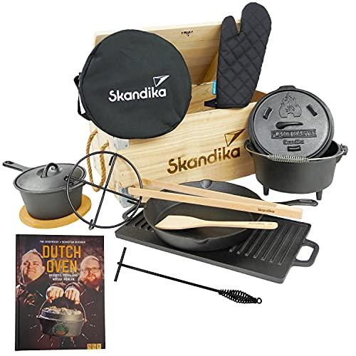 Skandika Dutch Oven Set Flame Master in Holzkiste   11-teilig, inkl. Rezeptbuch der Sauerländer BBCrew, bereits eingebrannt, viel Zubehör, Dreibein, viel Zubehör   Kochset aus Gusseisen, Grill, BBQ
