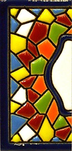 Insegna con numeri e lettere fatte di piastrelle di ceramica policroma, dipinte a mano con la tecnica 'cuerda seca', nomi indirizzi e segnaletica. Testo personalizzabile. Disegno MOSAICO MINI 7,3 cm x 3,5 cm. (MARGINE 'CENEFA')