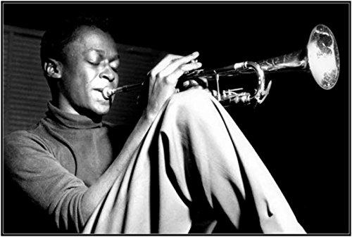 Miles Davis/Sitting Sitting with Trumpet Poster Drucken (91,44 x 60,96 cm)